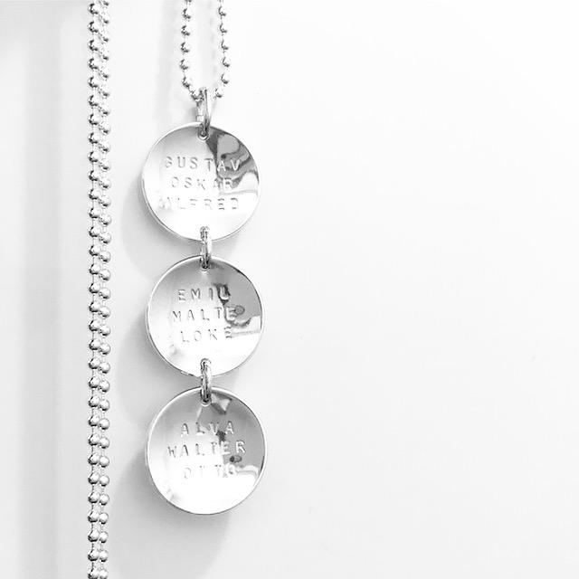 Namnsmycken Coins på rad i äkta silver från Namnsmycken.com 5b14a159dd48b