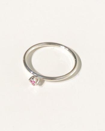petite namnring med rosa safir