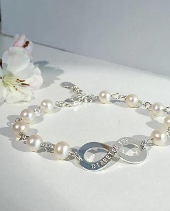 infinityarmband med namn och pärlor
