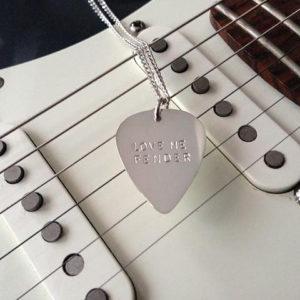 plektrumsmycke_love_me_fender