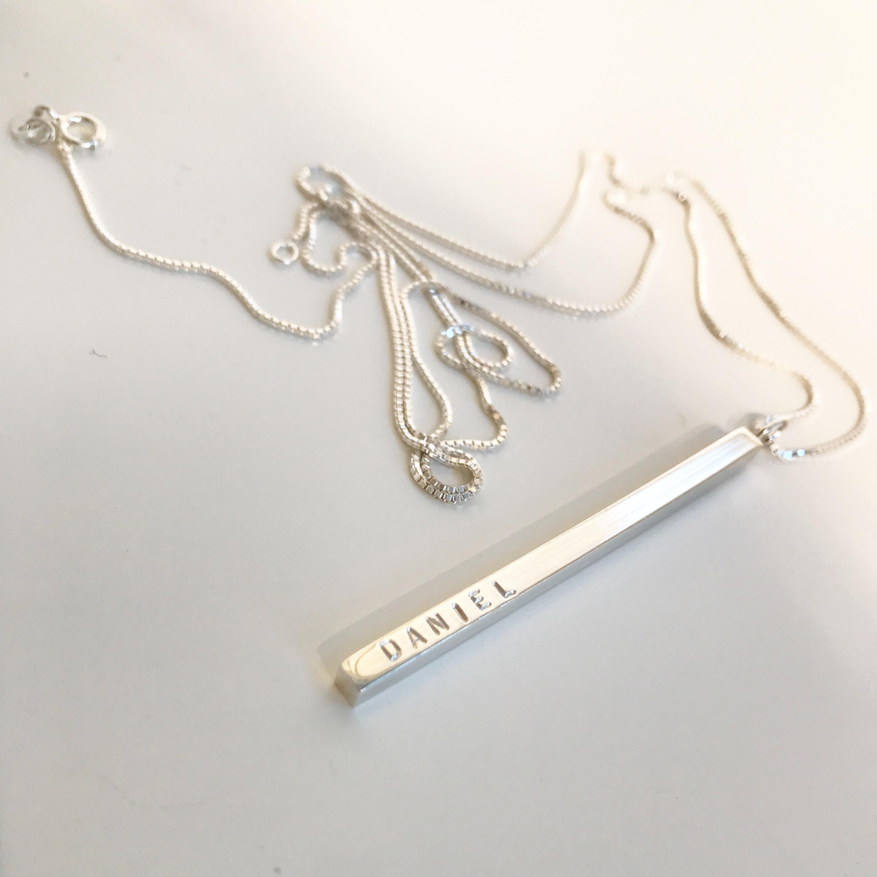 Elegance namnstav är ett stilrent och elegant smycke med namn d43171b873016