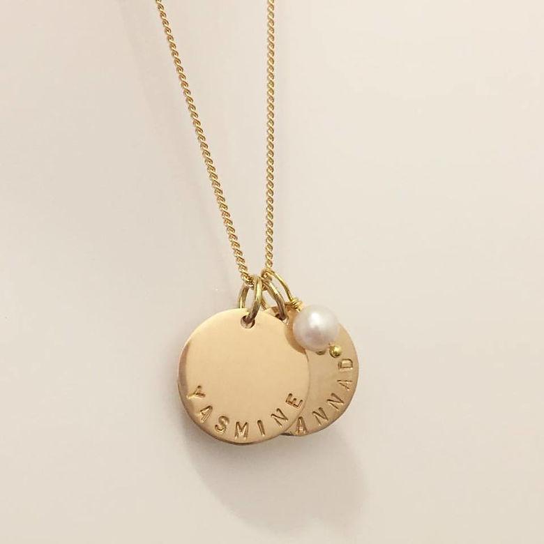 nytt billigt Lagra ganska billigt Coin namnhalsband i guld - smycke med grayvr hos Namnsmycken.com
